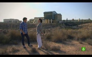 Jordi Évole y Remedios Ramón delante de la ciudad de la Luz, Alicante