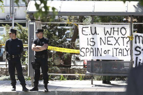 Una pancarta en el Parlamento de Chipre que pregunta por quién será el próximo. ¿España o Italia?