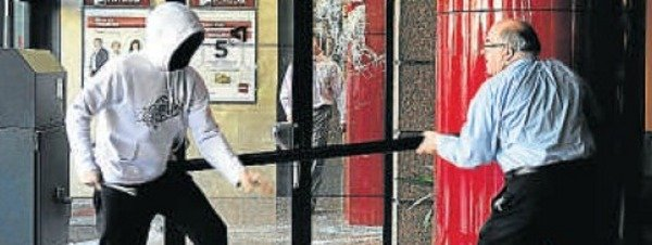 Un empleado de Banco Popular se enfrenta a unos manifestantes
