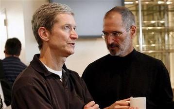 Tim cook (CEO), al lado del gran Steve Jobs, fallecido en 2011.