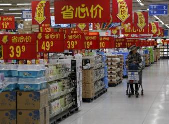 Una mujer compra en un supermercado en Pekín. REUTERS