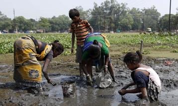 Niños de la India pezcando