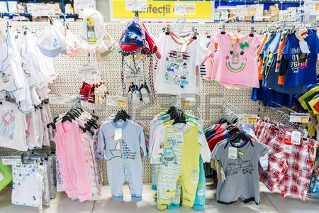 29851812-bucarest-rumania-09-de-julio-2014-ropa-del-bebe-ninos-en-supermercado-soporte