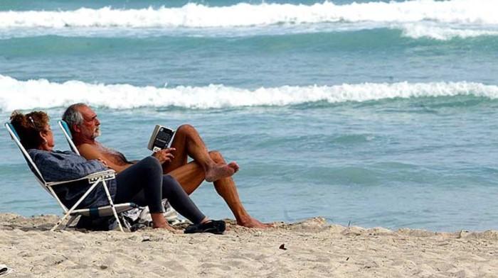 una-pareja-jubilados-playa-1487347049701