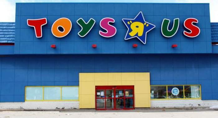 toys-r-us-fachada-decadencia