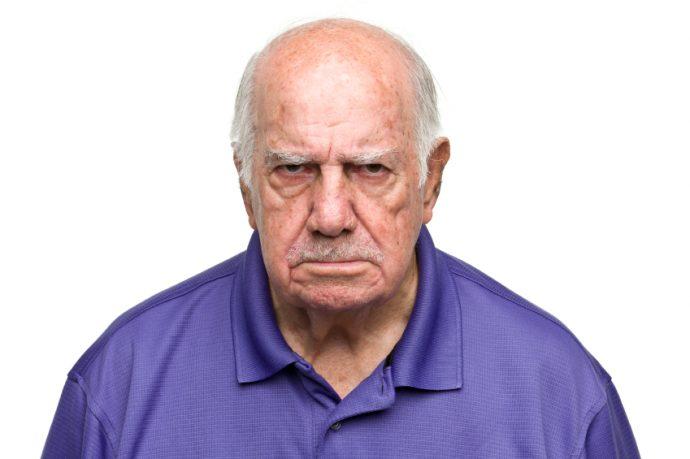 una-mujer-esta-en-el-supermercado-observa-a-un-abuelo-y-a-su-nieto-de-tres-anos-comportandose-mal-1481015948