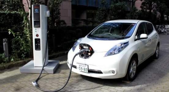 coche-electrico-recargando