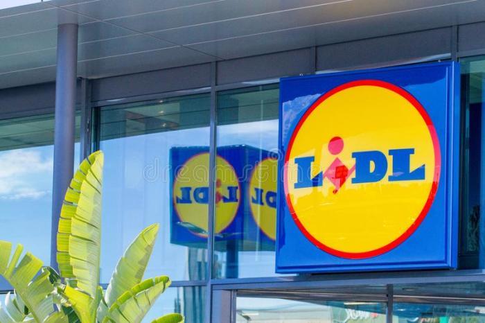 finestrat-españa-de-marzo-logotipo-del-supermercado-lidl-en-nueva-fachada-cristal-moderna-la-tienda-112482126.jpg